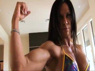 مثالي لياقة بدنية muscle امرأة flexing لها قوي ripped biceps