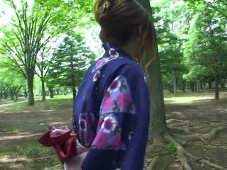 Karštas geisha į uniforma sucks varpa į the toilets
