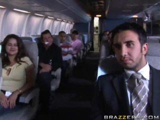 Nóng cô gái having giới tính trong một airplane xxx