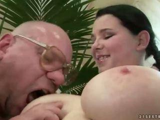 Laimingas senelis dulkinimasis su krūtinga paauglys