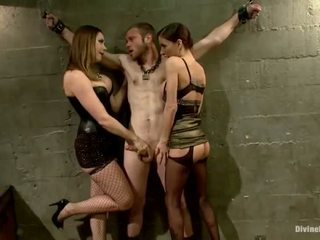Oustanding meat bâton dude dominated en dame domination et pegging performance par 3 nymphs