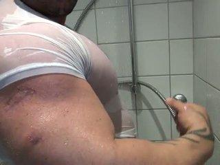 Bi sexual bodybuilder takes a padusan and mast