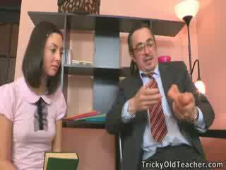 Краля bith трахкав з вчитель в його офіс.