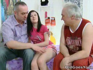 Alena y su hombre are juntos en cama y él has an más viejo amigo