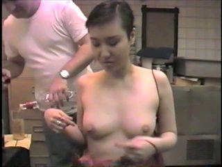 Koreane ex-model slumming ajo duke thithur dicks në një bar: porno 2b