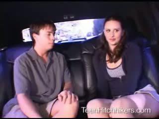 Jovem grávida hitchhiker enjoying sexo a três sexo