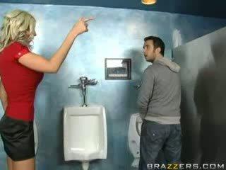 Say mẹ tôi đã muốn fuck sucks trong nhà vệ sinh!