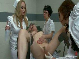 Two porcas pussys ter strapped para um gyno cadeira e bumped por seu lesbie doctors
