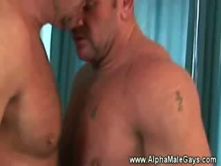 ناضج عشيق seduces ل مثلي الجنس بواسطة عرض بعيدا