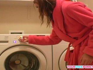Jeune diana teasing se sur nouveau washing machine