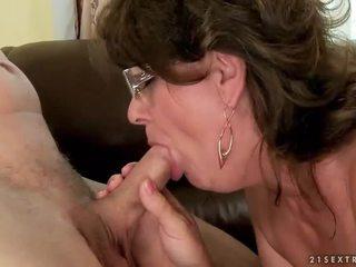 Nonna succhiare e cavalcare giovane cazzo