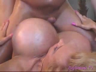 Bigtitted dame acquires 性交