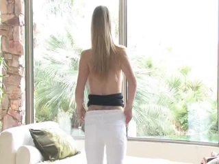 Danielle acquires undressed sitten uses hänen lelu päällä hänen emättimeen