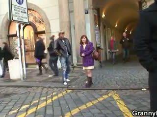 Jeune guy bangs vieille touriste