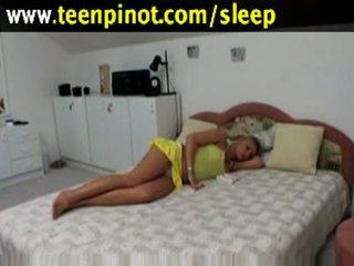 Bjonde vogëlushe fucked ndërsa duke fjetur në një hotel dhomë