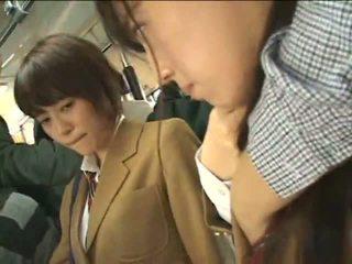 Público perverts harass japonesa schoolgirls em um comboio