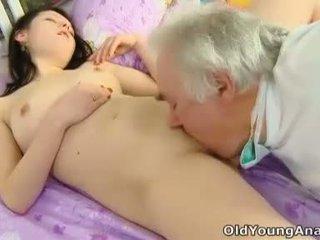 Alena е laying в легло търси секси в тя yellow връх thinking за секс на а ден като днес