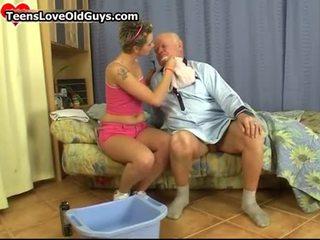 Roztomilý dospívající dívka holení tento dědeček