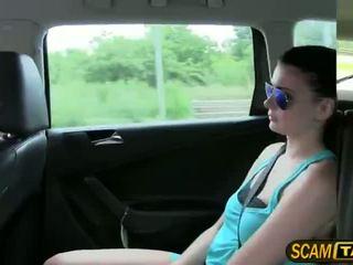 Sexig het tonårs scarlet gets körd i den taxi och recieves het cumshots