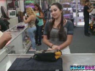 Kolledž tüdruk trades ise jaoks raha