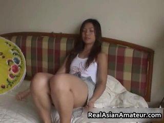 Збуджена азіатська секс іграшка трахання сцена