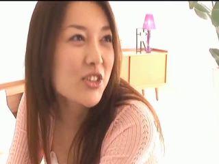 Mai uzukibusty aziatike zoçkë gets thithka licked dhe puthje