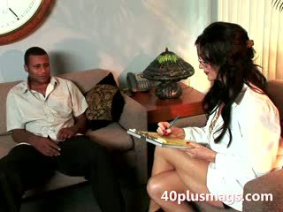 Diwasa raven plays perawat with ebony hunk