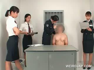 एशियन पोलीस महिला toying male टाइट आस पर एक टेबल