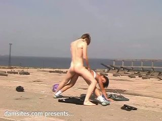 Jovem grávida cona fodida em o praia