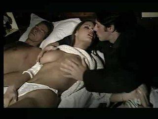 Atemberaubend mieze being assaulted im bett video