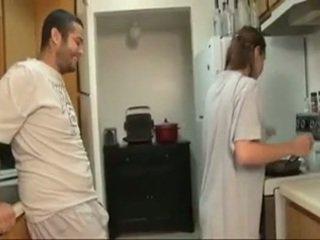 Broer en sister pijpen in de keuken