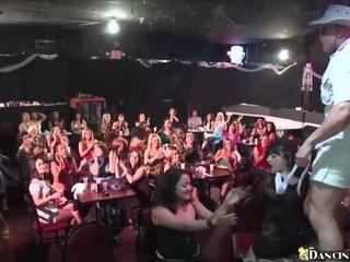 سخونة الفتيات مص male strippers في محلي ناد: عالية الوضوح الاباحية ce