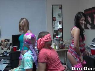 วิทยาลัย สาว ปิดตา the guys และ gave พวกเขา lap dance
