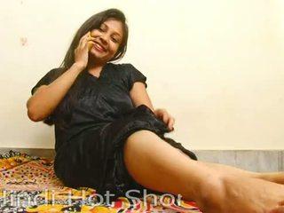 Индийски горещ момиче masturbates на телефон