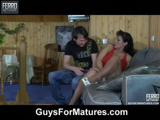 Wellhung guy wetting une mature meaty chatte