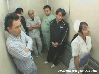 Petite japansk sykepleier i elevator misbruk