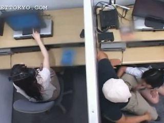 青少年 亞洲人 花癲者 jumping 和 吸吮 迪克 在 工作