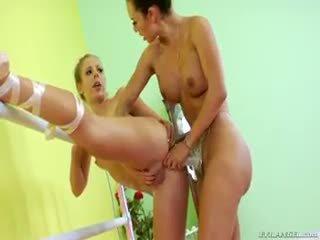 Two bailarina are doing algunos lesbianas arnés anal follando