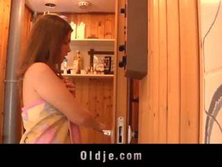Grey vana mees seduced poolt teeny tüdruk sisse the saun fucks märg tussu <span class=duration>- 6 min</span>