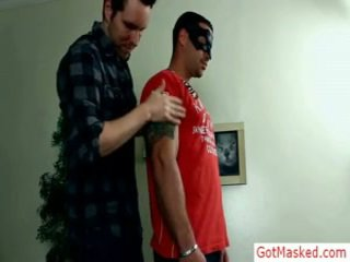 Musculosa e tattooed hunk gets troked por gotmasked