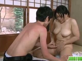 일본의 무르 익어: 일본의 성숙한 아기 와 그녀의 젊은 말라 붙은 lover.