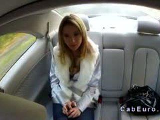 Čehinje blondinke bangs na hood od taxi