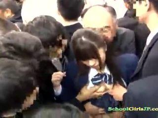 Asiatiskapojke skol gets henne ansikte gänget banged i en tåg