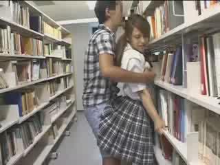 Perempuan perempuan used di itu sekolah perpustakaan