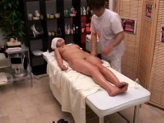 كلية فتاة seduced بواسطة masseur