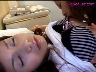 Ασιάτης/ισσα κορίτσι getting αυτήν ρώγες sucked μουνί rubbed ενώ 3 rd κορίτσι κοιμώμενος/η επί ο κρεβάτι