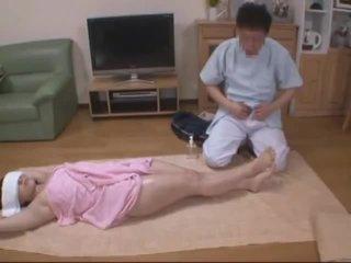 Bekötött szemmel feleség molested által hotel masseur