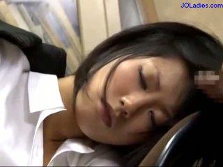 Birojs dāma guļošas par the krēsls getting viņai mute fucked licking guy dzimumloceklis uz the birojs