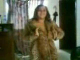 Arab rondborstig chick in een gemeen dance video-