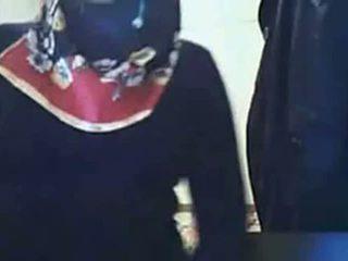 Video - hijab meitene rāda pakaļa par vebkāmera